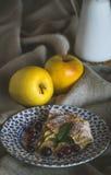Äppelpaj med nya frukter på trätabellen royaltyfri bild