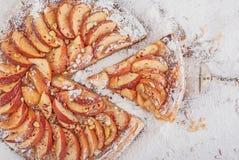 Äppelpaj med tappningskopan Royaltyfria Bilder