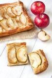 Äppelpaj på trätabellen Arkivbilder