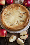 Äppelpaj på trätabellen med nya äpplen Fotografering för Bildbyråer
