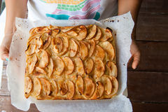 Äppelpaj paj från söta äpplen på dettvilling- royaltyfri fotografi