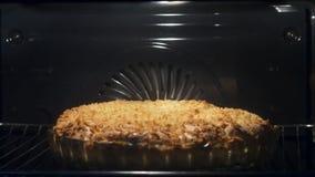 Äppelpajen i ugnen Timelapse Stäng sig upp av den hemlagade pajen bakade inre ugnen i köktimelapsen lager videofilmer