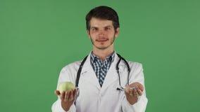 Äpple för gräsplan för barndoktorsinnehav och grupp av preventivpillerar stock video