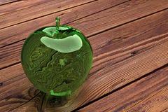 Äpple för grönt exponeringsglas på en trätabell royaltyfri bild