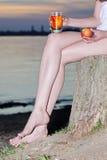 Äpple för hand för glas för kvinnasammanträdestubbe Arkivbild
