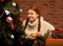 Äpple för intelligens för Redhair julkvinna. Royaltyfri Foto