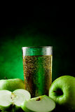 äpple - grön fruktsaft royaltyfri foto