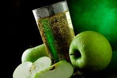 äpple - grön fruktsaft royaltyfri bild