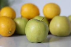 äpple - grön tabell arkivfoto