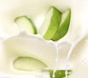 äpple - green mjölkar skivor royaltyfria foton