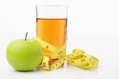 äpple - mätande band för grön fruktsaft Arkivfoton
