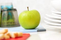 äpple - smaklig grön tabell Fotografering för Bildbyråer