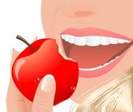 äpple som äter den röda kvinnan Arkivfoton