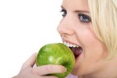 äpple som äter den saftiga kvinnan Royaltyfri Foto