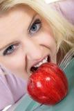 äpple som äter den saftiga kvinnan Royaltyfria Bilder