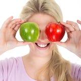 äpple som äter den saftiga kvinnan Royaltyfri Fotografi