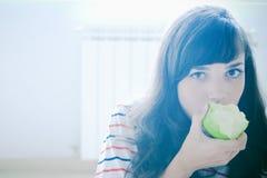 äpple som äter flickan Arkivfoton
