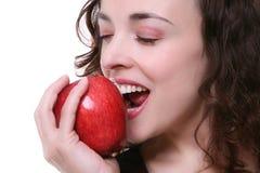äpple som äter kvinnan arkivfoton