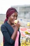 äpple som äter le kvinnabarn Arkivfoto