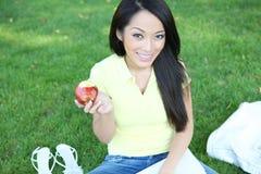 äpple som äter nätt avläsning för flicka royaltyfria foton