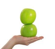äpple som balanserar det roliga flickahuvudet henne Royaltyfri Foto