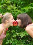 äpple som delar systrar två Royaltyfria Foton