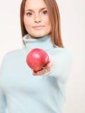 äpple som erbjuder den röda kvinnan Royaltyfri Fotografi