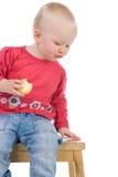 äpple som little äter flickan Arkivbild