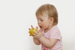 äpple som little äter flickan royaltyfri fotografi