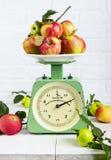 Äpplefrukt på den gamla tappningskalan 1960 En uppdelning av 20 gram Arkivfoton