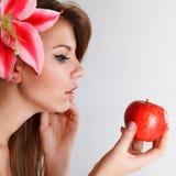 äppleholdingkvinna Arkivbilder