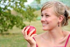 äppleholdingkvinna royaltyfria foton