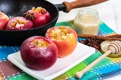 Äpplekakor med russin, honung och pudrat socker Arkivfoton
