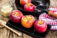 Äpplekakor med russin, honung och pudrat socker Royaltyfria Foton