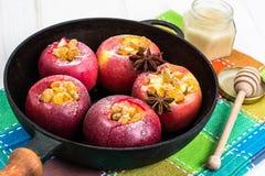 Äpplekakor med russin, honung och pudrat socker Fotografering för Bildbyråer