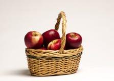 Äpplekorg Arkivfoton