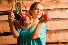 äpplekorgdruvor som rymmer kvinnan royaltyfria foton