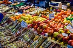 Äpplen, apelsiner, kiwi och andra frukter och kryddor på skärm som är till salu på den Rialto marknaden i Venedig, Italien royaltyfria foton