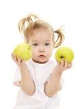 äpplen behandla som ett barn flickagreen Fotografering för Bildbyråer