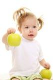 äpplen behandla som ett barn flickagreen Arkivfoto