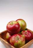 äpplen bowlar trä fotografering för bildbyråer