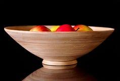 äpplen bowlar trä Arkivbild