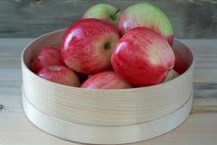 äpplen box rött trä Arkivbild
