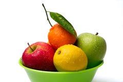Äpplen citron, tangerin i en bunke Arkivfoto