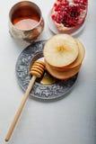 Äpplen, granatäpple och honung för Rosh Hashanah Arkivbilder
