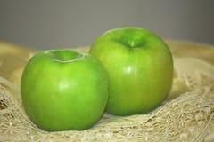 äpplen green två Arkivbilder