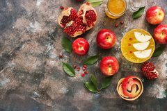 Äpplen, honung och granatäpple, nytt år - Rosh Hashana Traditionell judisk mat Den bästa sikten, över huvudet som är plan lägger  fotografering för bildbyråer