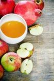 Äpplen, honung och granatäpplen, traditionell mat för det judiskt Arkivbilder