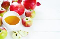 Äpplen, honung och granatäpplen, traditionell mat för det judiskt Arkivfoton