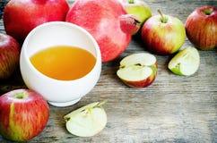 Äpplen, honung och granatäpplen, traditionell mat för det judiskt Royaltyfri Foto
